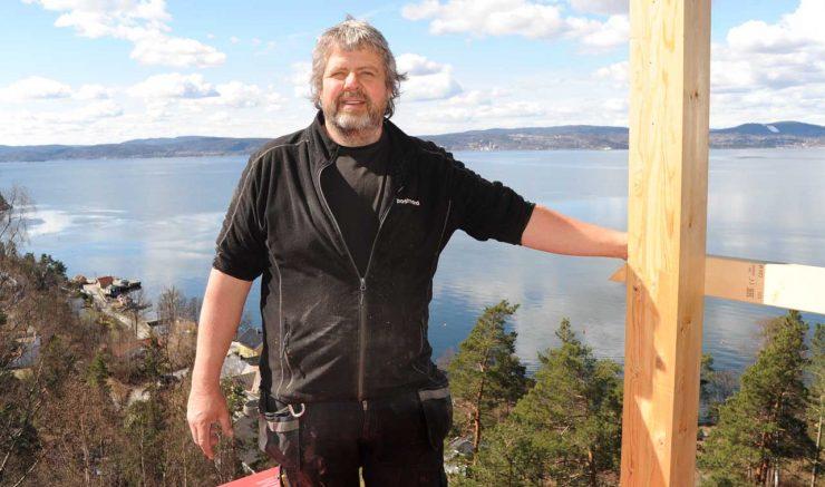 Aktiv tømrer i gang på Fjellstrand