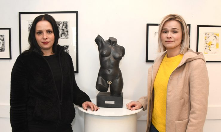 To unge kvinner i Nesoddhuset