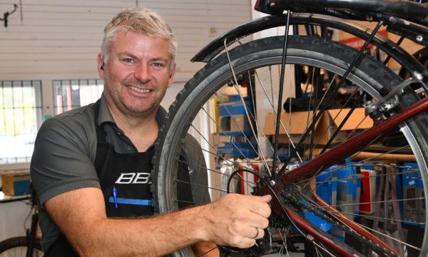 Rune fikser sykkelstellet for deg