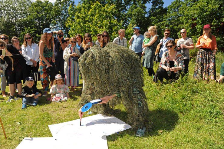Folkefest i skulpturparken